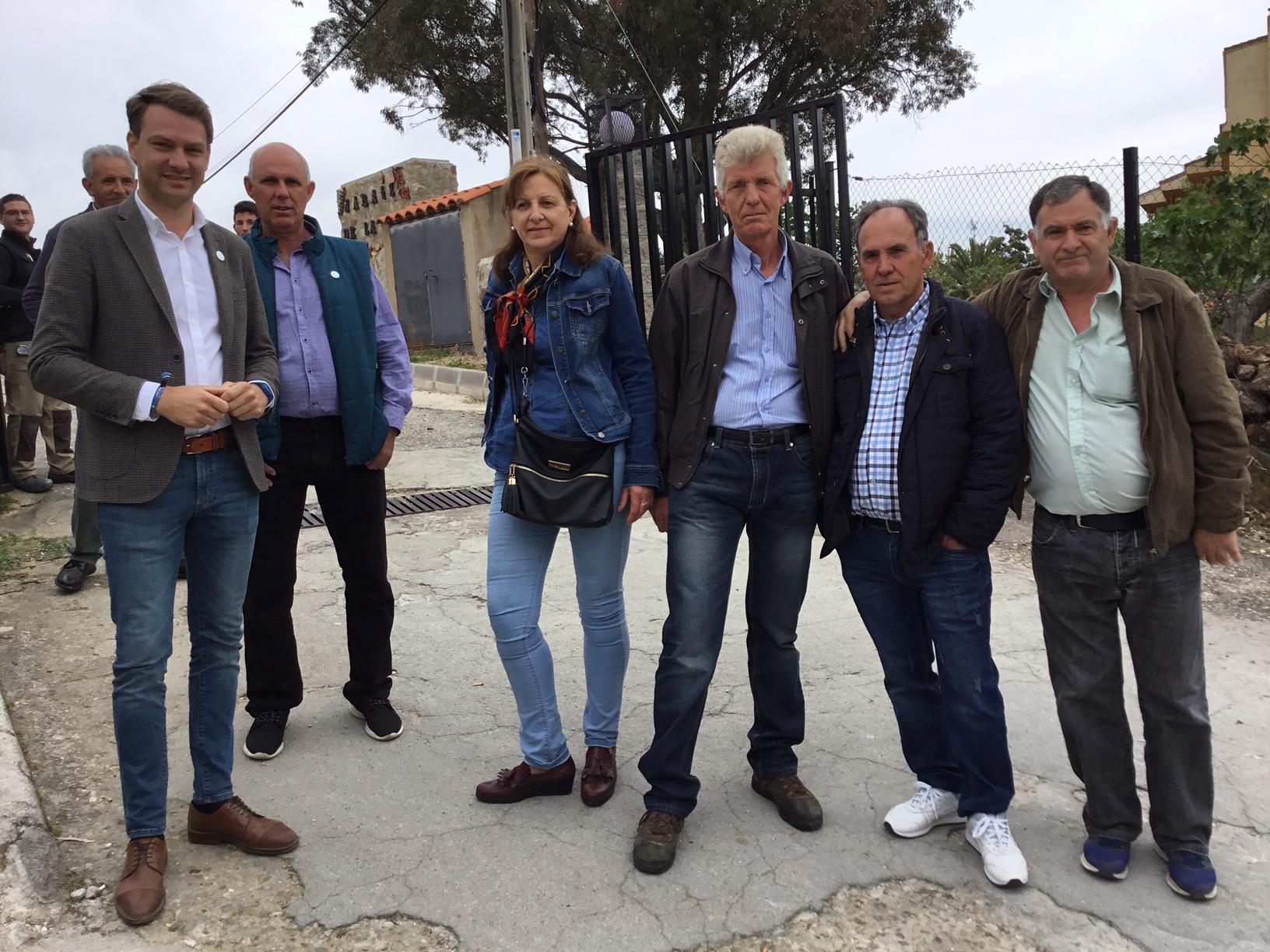 El alcalde Jaráiz, Luis Miguel Núñez (iz) junto a productores del pueblo