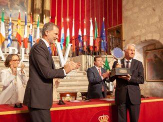 El máximo representante de los Itinerarios Culturales del Consejo de Europa, el secretario general del Consejo de Europa, Thorbjørn Jagland, recoge el Premio CarlosV